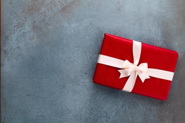 Baner świąteczny. tło xmas projekt, z realistycznym pudełkiem na prezenty. poziomy plakat świąteczny, kartki z życzeniami.