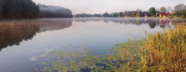 Baner z pięknym letnim jeziorem rano