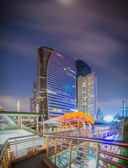 Bangkok - 5 marca 2017: publiczny skywalk z nowoczesnym stylem architektonicznym budynku dzielnicy biznesowej w bangkoku. to miejsce jest bardzo popularne, że turyści lubią robić zdjęcia nowoczesnej architektury