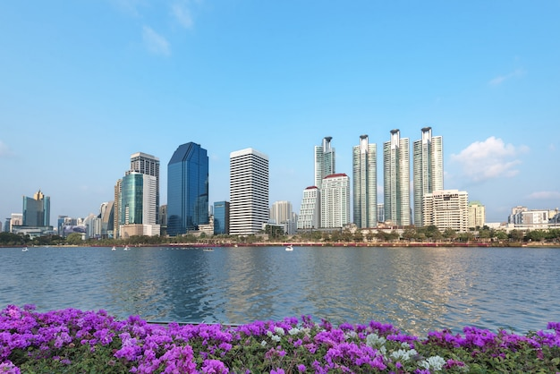 Bangkok central park ma lagunę w błękitne niebo