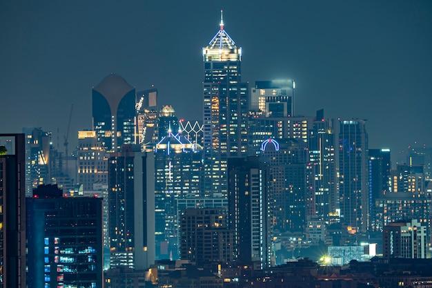 Bangkok dzielnica biznesu przy nighttime.