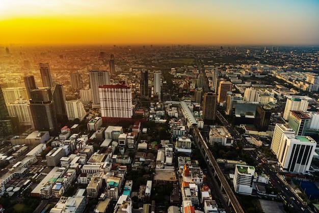 Bangkok miasta śródmieście i drogowy ruch drogowy przy zmierzchem w tajlandia