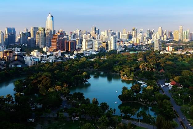 Bangkok nieba linia z parkiem przed zmierzchem, bangkok, tajlandia.