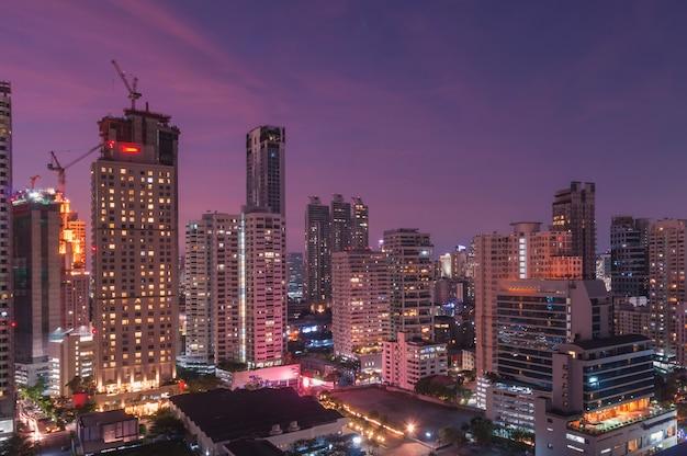 Bangkok nocy widok z drapaczem chmur w dzielnicie biznesu w bangkok tajlandia