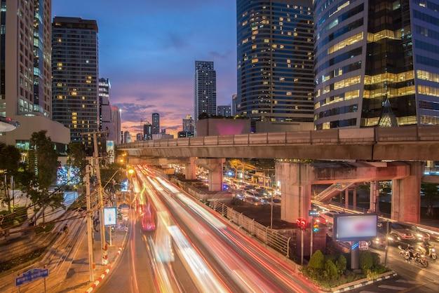 Bangkok pejzażu miejskiego autostrady i autostrady odgórny widok przy nocą, tajlandia