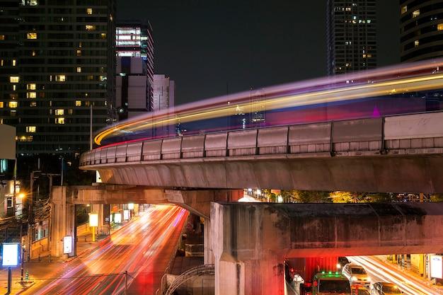 Bangkok słynny punkt orientacyjny miasta w ruchliwych szlaków świetlnych w nocy