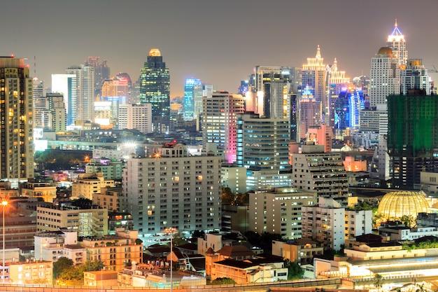 Bangkok śródmieście w biznesowym terenie przy nocą