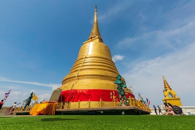 Bangkok, tajlandia - 13 kwietnia 2021: złota góra w świątyni wat saket aka phu khao thong jest gigantyczna pagoda na szczycie, która oferuje wspaniały widok i atrakcję turystyczną.