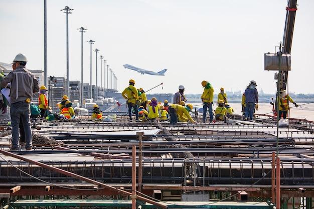 Bangkok, tajlandia - 22 listopada 2019: brygadzista inżynier budownictwa stałego zamówienia lotnisko dla zespołu pracowników do pracy przy wysokim poziomie bezpieczeństwa