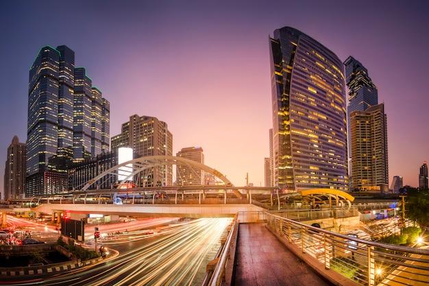 Bangkok, tajlandia - 24.12.2019; piękny pejzaż miejski bangkok przy zmierzchem, długi ujawnienie wizerunek ruch drogowy.