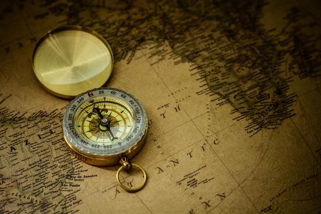 Bangkok, tajlandia - 6 czerwca 2018: stary kompas na antycznej mapie.