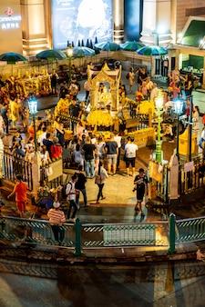 Bangkok, tajlandia - 9 sierpnia 2018: świątynia erawan 18 września. turyści zasługują na sanktuarium erawan w ratchaprasong junction w bangkoku.