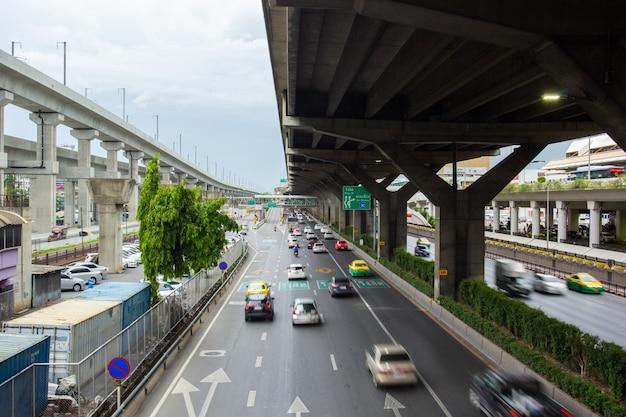 Bangkok tajlandia, lipiec, - 02, 2019: ruch drogowy podczas godziny szczytu na vibhavadi-rangsit drodze w bangkok tajlandia.
