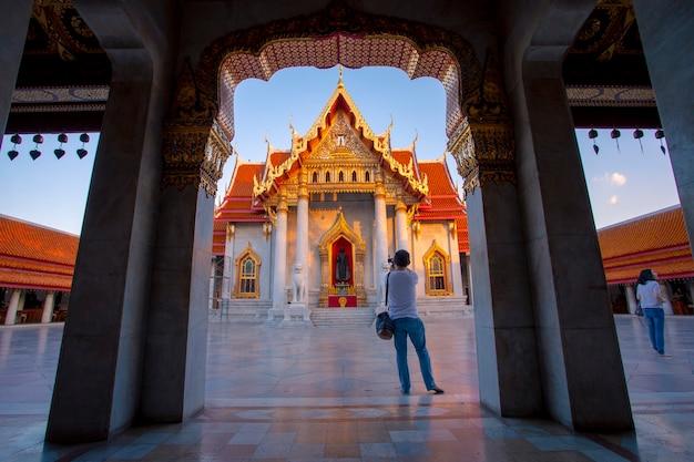 Bangkok tajlandia - październik 27,2018: turysta robiący zdjęcie w wat benchamabophit jednym z najpopularniejszych celów podróży w bangkoku w tajlandii