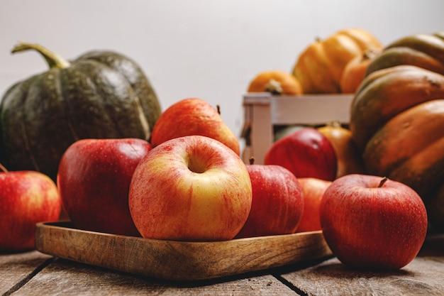 Banie i czerwone jabłka na powierzchni drewnianych