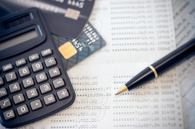 Bank książki, karty kredytowe, kalkulator, długopis.
