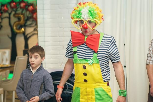 Bańki mydlane pokazują klaunów na imprezie dla dzieci