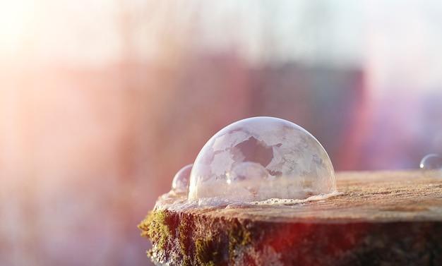 Bańki mydlane zamarzają na zimno. zimowa woda z mydłem zamarza w powietrzu.