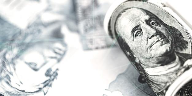 Banknot 100 dolarów amerykańskich na wielu brazylijskich banknotach studolarowych, koncepcja wysokiego dolara w stosunku do brazylijskiej waluty