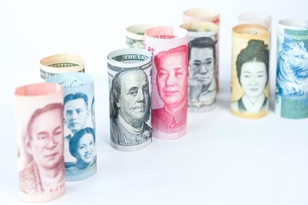 Banknot dolara amerykańskiego i juana wśród międzynarodowych banknotów