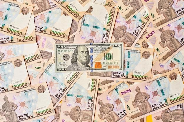 Banknot dolara amerykańskiego i sumy uzbeckie pojęcie kursu wymiany sumy uzbeckiej do dolara amerykańskiego