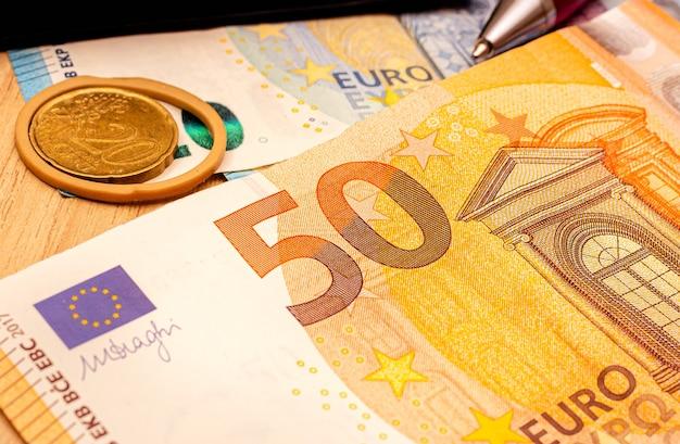 Banknot pięćdziesiąt euro w ciemnym otoczeniu na zbliżeniu