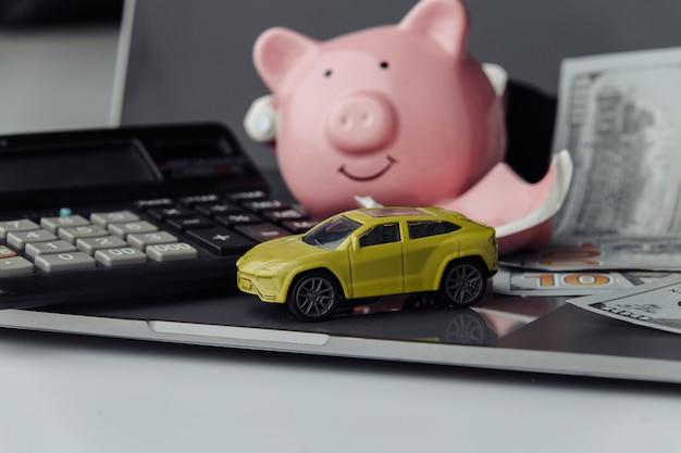 Banknot samochodów i dolarów z tłem skarbonka. pojęcie ubezpieczenia. oszczędzać pieniądze