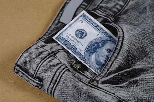 Banknot wydostał się z kieszeni jeansów.