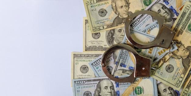 Banknoty 100 dolarów fałszywych pieniędzy i kajdanek