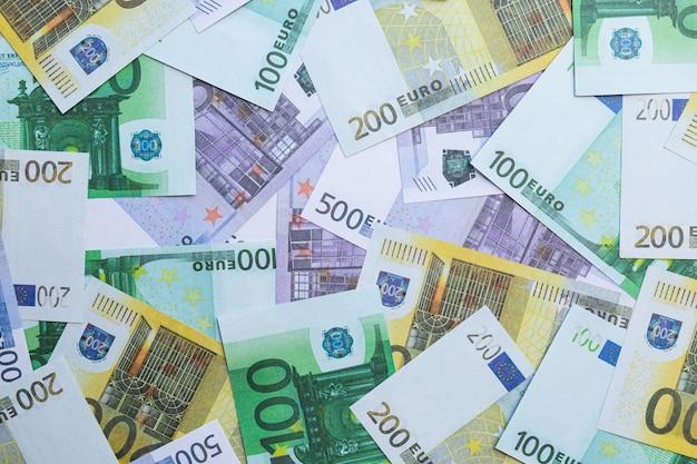Banknoty 100 euro, 200 euro i 500 euro.