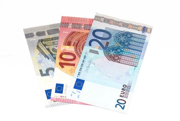 Banknoty 5, 10, 20 euro na białym tle