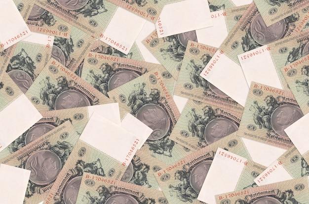 Banknoty 50 rzeszy leżą na stosie