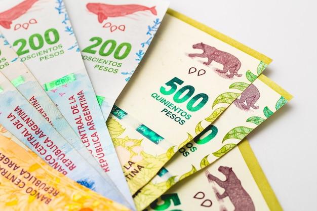 Banknoty argentyny na białej powierzchni w fotografii z bliska