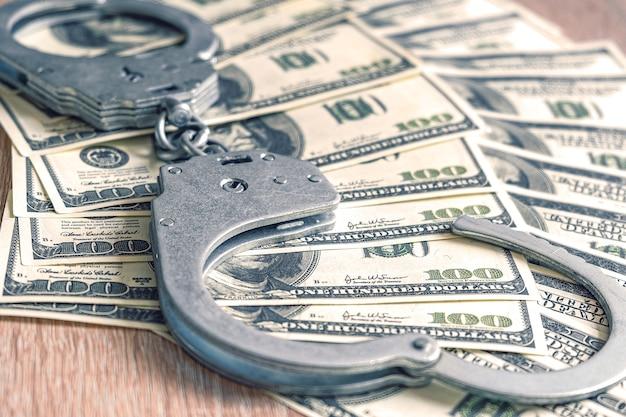 Banknoty dolara i kajdanki