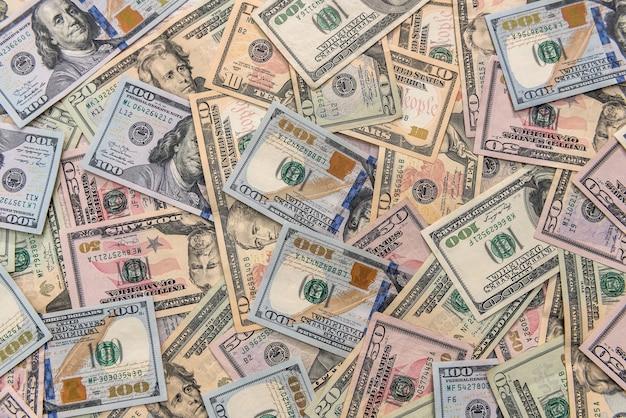 Banknoty dolara rozproszone na drewnianym stole z bliska