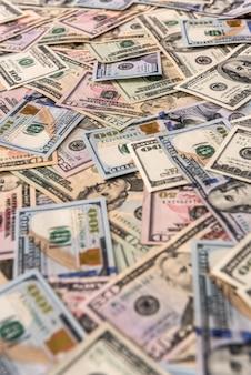 Banknoty dolara rozrzucone na stole