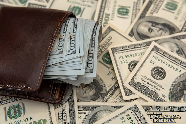 Banknoty dolarów w ciemnym skórzanym portfelu, zaplecze finansowe