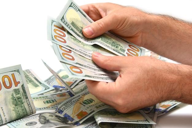 Banknoty dolarów w ręku na białym tle