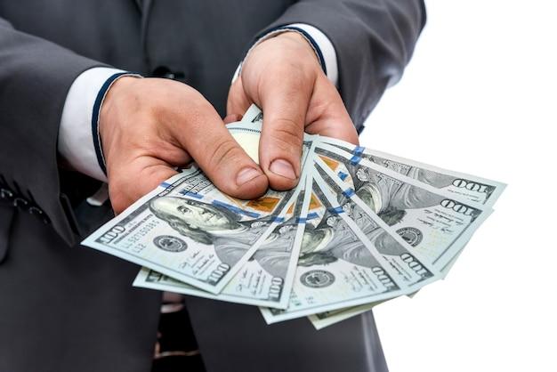 Banknoty dolarowe w męskich rękach z bliska