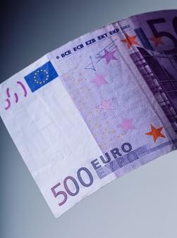 Banknoty euro.500 euro. pięćset banknotów euro sąsiaduje ze sobą. symboliczne zdjęcie bogactwa.