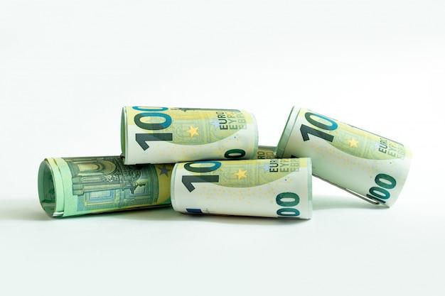 Banknoty euro białe tło o nominale pieniężnym