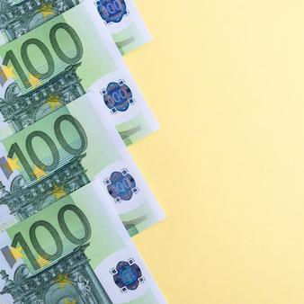 Banknoty euro na pastelowy żółty