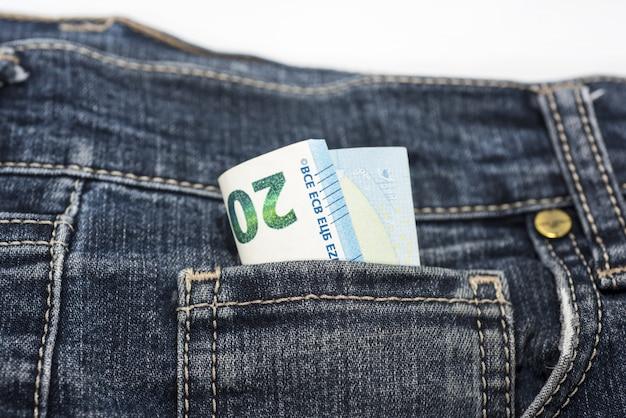 Banknoty euro w dżinsach.