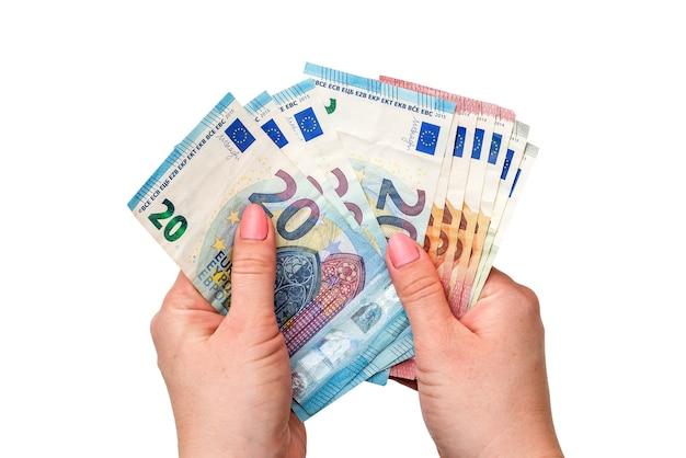 Banknoty euro w rękach na białym tle