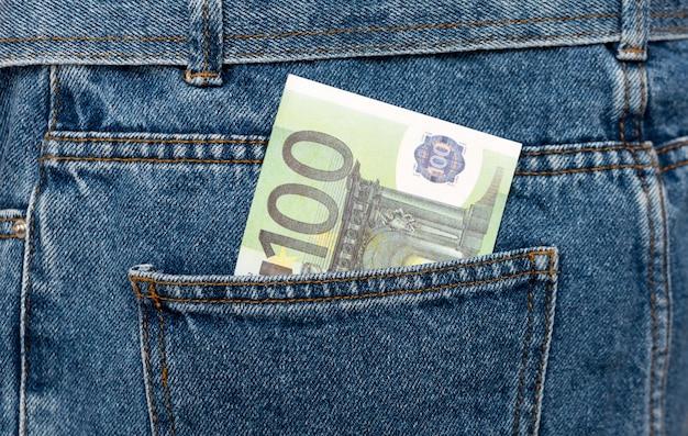 Banknoty euro w tylnej kieszeni dżinsów.