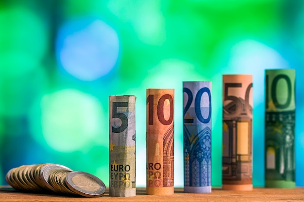 Banknoty euro walcowane na banknoty z monetami euro