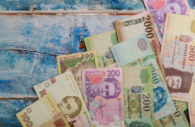 Banknoty forinta węgierskiego i pieniądz walutowy hrywny ukraińskiej