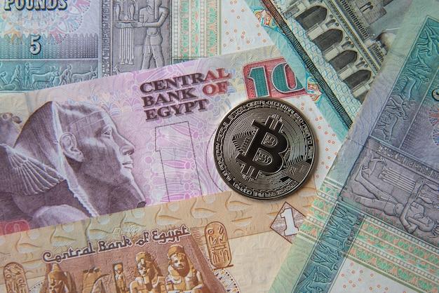 Banknoty funtów egipskich i kryptowaluty. koncepcja inwestycji kryptowalutowych. wydobywanie lub handel kryptowalutami