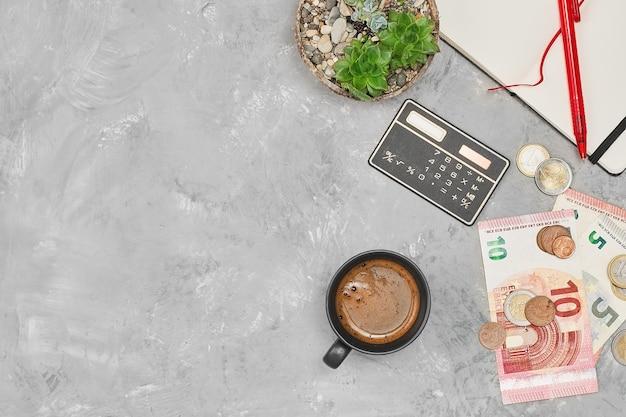 Banknoty i monety euro na szarym betonowym układzie stołu z miejscem na kopię pomysł