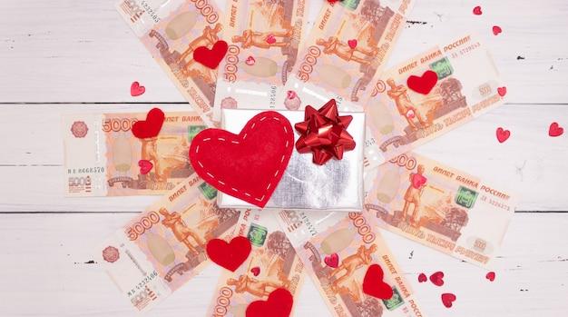 Banknoty o wartości pięciu tysięcy rubli rosyjskich, pudełko i serca